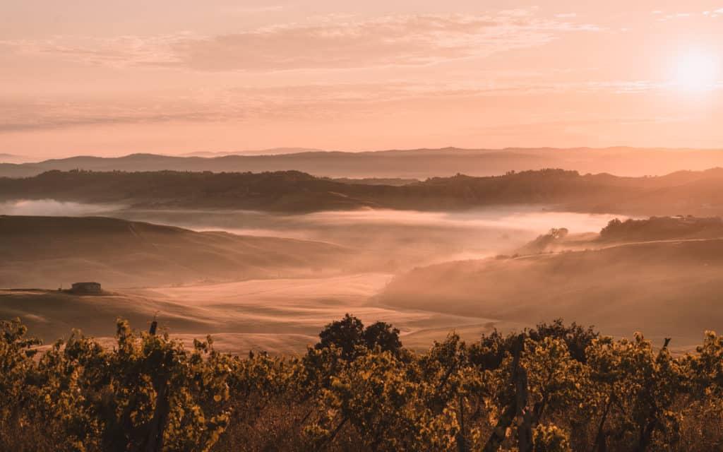 Gdzie jechać na jesień mglisty poranek w Toskani Włochy