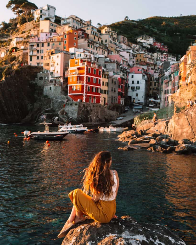 girl sunset in riomaggiore tuscany and cinque terre itinerary