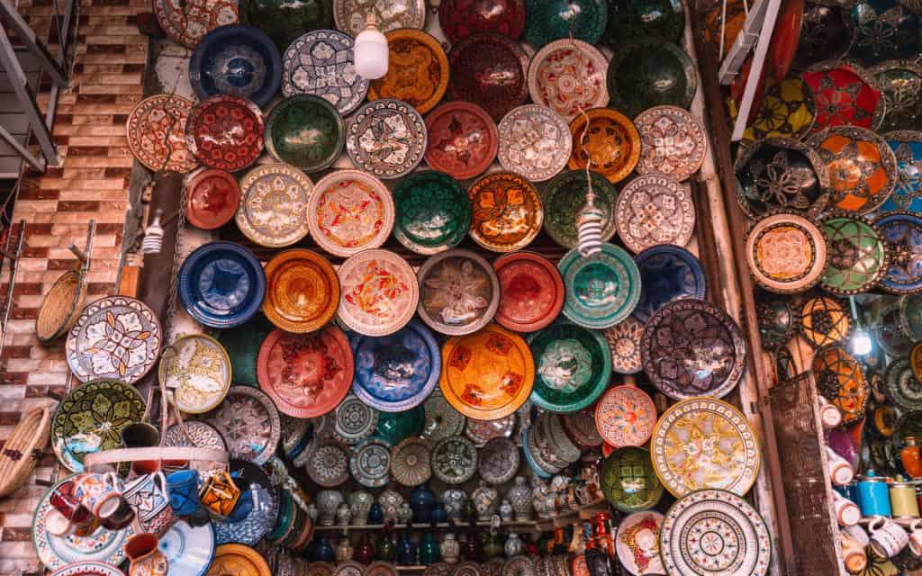 marrakesz medina sklepik z talerzami maroko co zobaczyć