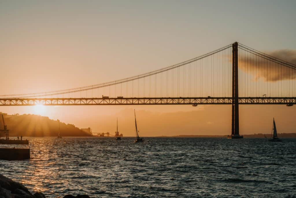 most 25 kwietnia lizbona drugi brzeg Tagu zachód słońca