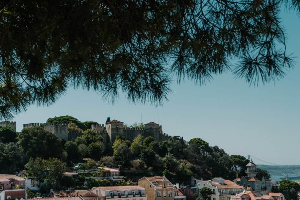 widok na zamek św jerzego z miradouro da graca
