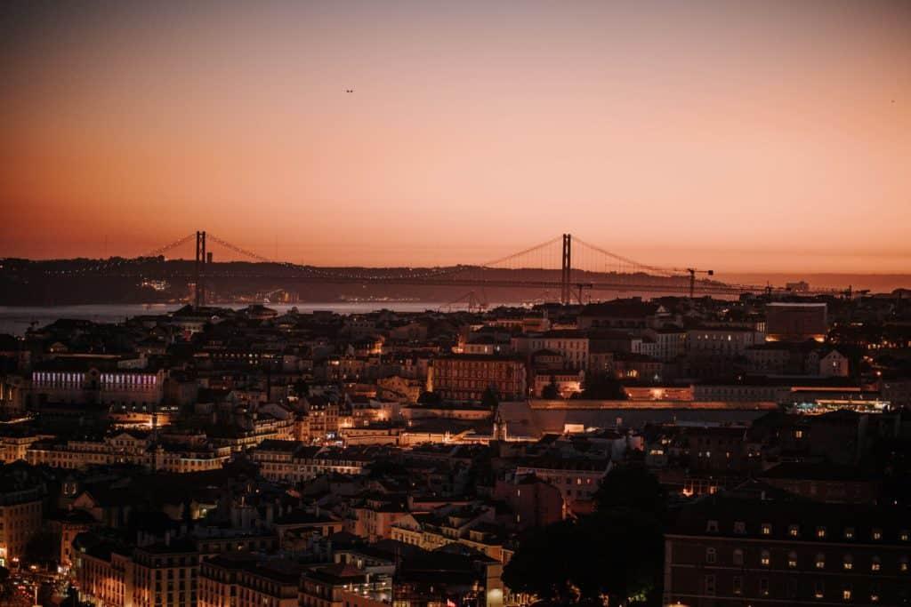 lizbona panorama nocą miradouro da senhora do monte