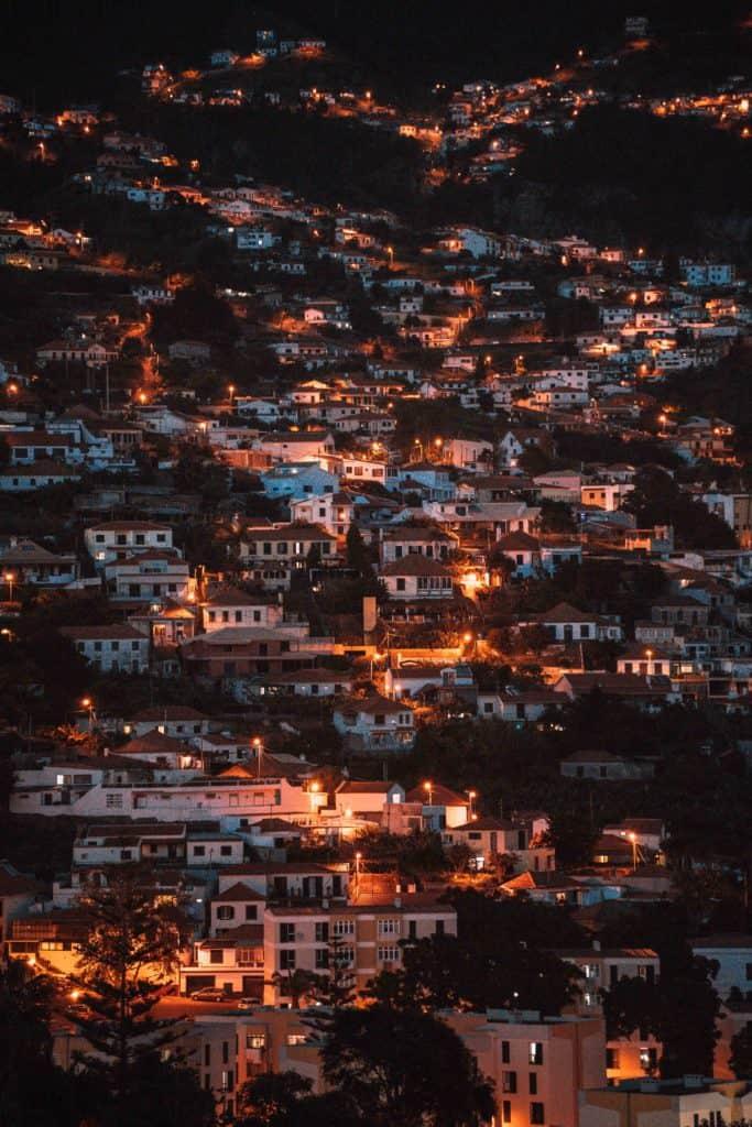 sprzęt do fotografii podróżniczej funchal nocą