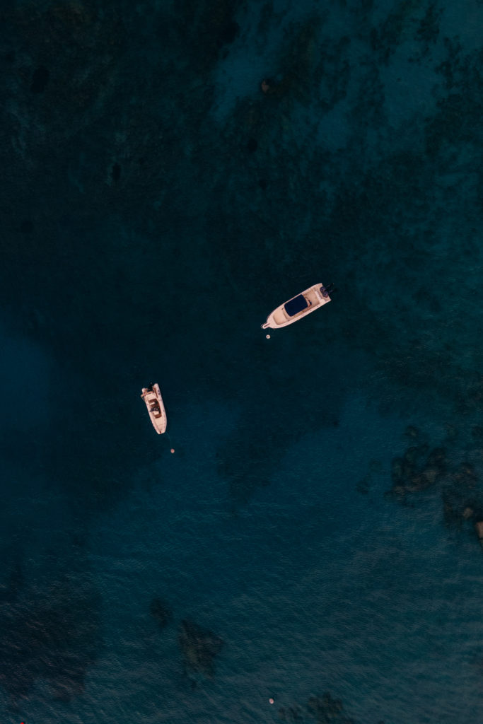 łódki na morzu z drona palombaggia korsyka