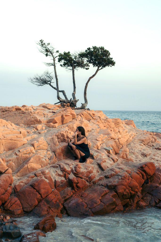 palombaggia plaża dziewczyna na kamieniach najlepsze plaże na korsyce