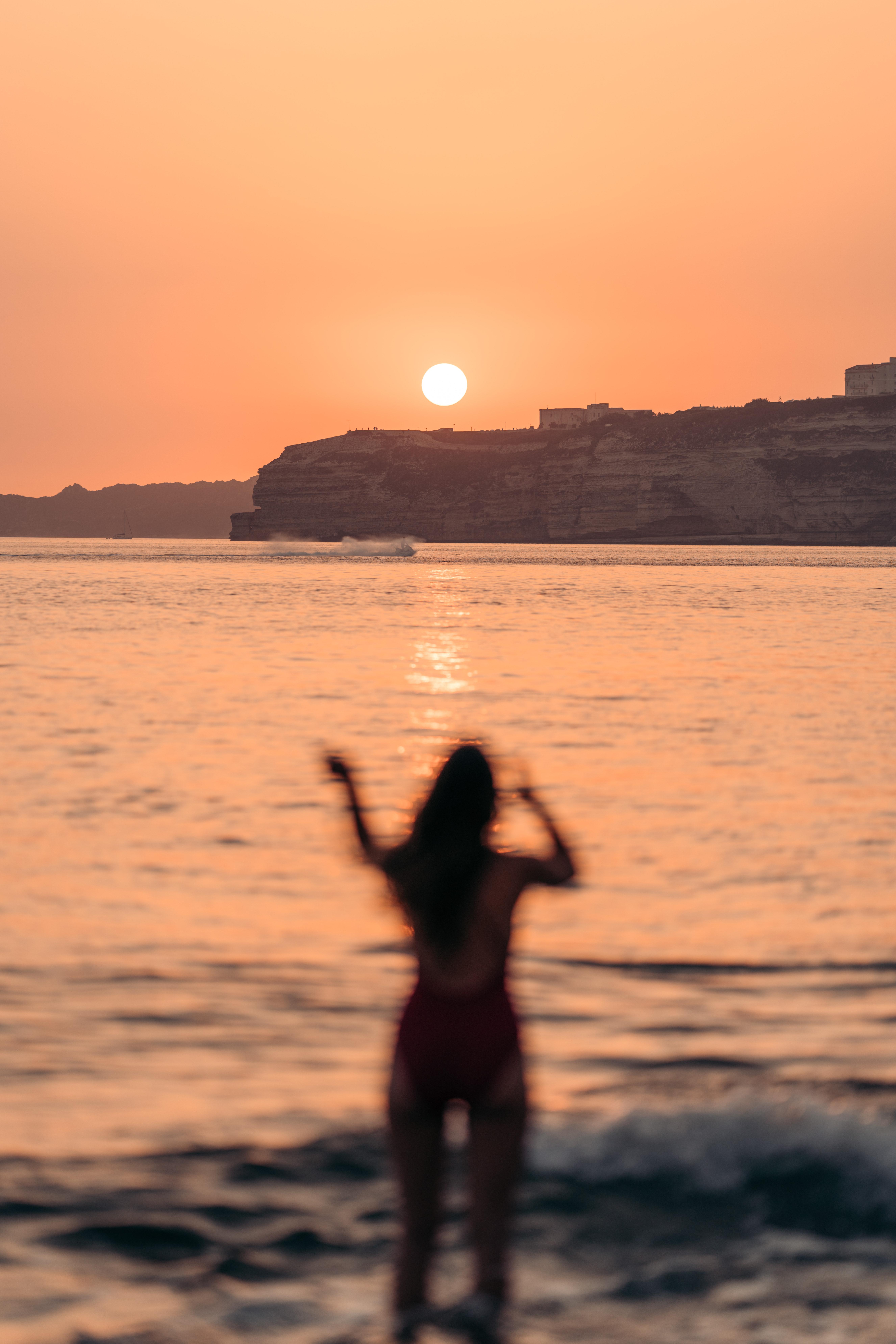 dziewczyna zachód słońca bonifacio najlepsze plaże na korsyce
